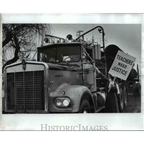 1976 Press Photo Roseburg school teacher Carol Kellogg hands brochure to driver