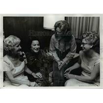 1972 Press Photo Abigail Van Buren with members of Theta Sigma Phi - ora91580