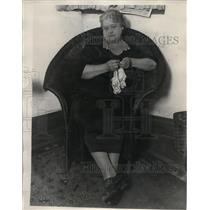 1929 Press Photo Miss Anita Keep sits and crochets at her home - nex98403
