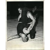 1935 Press Photo Bernard Pollack vs Maurice Levins at wrestling for U of PA
