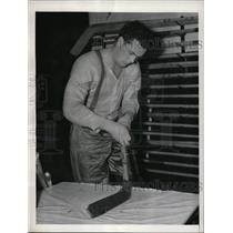 1940 Press Photo Murray Patrick of NY Rangers preps his stick in locker room