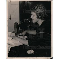 1925 Press Photo Mrs Barbara Sanders of Los Angeles California & sewing machine