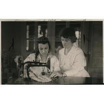 1922 Press Photo Mrs Bessie Stevens Sewing - nex99761