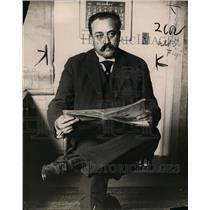 1913 Press Photo Dr John Grant Lyman reading a newspaper - nex98989