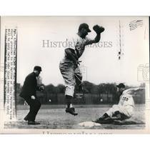 1948 Press Photo Stan Rojek of Pittsburgh 3rd on Ed Hopp grounder to Ed Waitkus