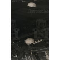 1932 Press Photo Veterans Parachute Jumper at Roosevelt Field NY - nex99244