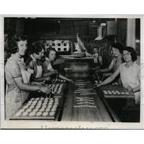 1933 Press Photo Workers on a line in pretzel making plant in San Francisco