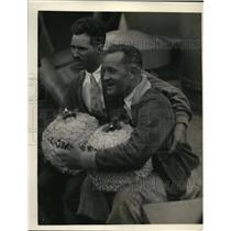 1927 Press Photo Pilot Ernie Smith and Bronte with Carnations in Appreciation