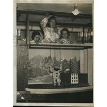 1922 Press Photo Sara, Alice & Jane Godard with Puppet Show with Clown