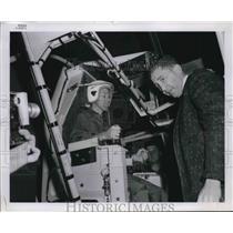 1963 Press Photo Gary Cooper & a pilot in a simulator test - neb39695