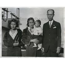 1934 Press Photo Luis Muy Gum poses with family after winning $800000 Lottery