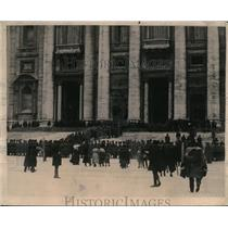 1922 Press Photo Crowds Assembling Outside the Vatican View Body of Pope