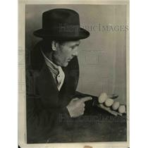 1922 Press Photo Thomas Faulkner owns a remarkeble and Sagacious white Rock Hen