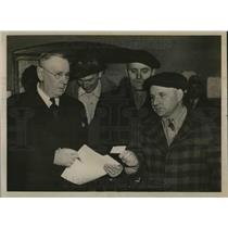 1938 Press Photo Minnesota man Floyd Cowing & WC Rowe at unemployment office
