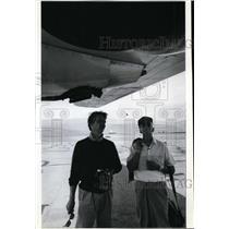 1993 Press Photo Scott Sanderson and father Sandy stand beneath B-24 Bomber
