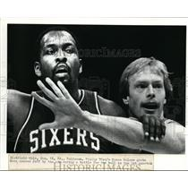1984 Press Photo Moses Malone of 76ers Grabs Cavs Jeff Cook by the Arm
