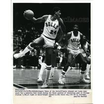 1982 Press Photo Reggie Theus, Dwight Jones of Bulls in exhibition game Chicago