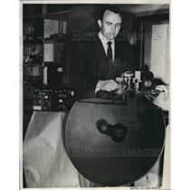 1955 Press Photo United Airlines engineer Robert Johnson inspects radar unit