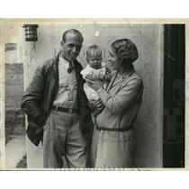 1930 Press Photo Glider aviator Jack Barstoew with wife & baby at airfield