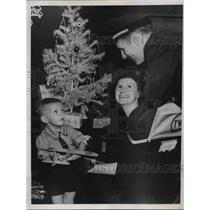 1937 Press Photo Captain John Harlin TWA pilot with son John & wife - neb40243