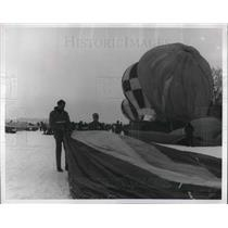 1968 Press Photo Men unfold and inflate hot air balloons - neb62572
