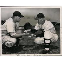 1951 Press Photo Tribe's Herold Muddy Ruel Gives Advice to Rookie Leo Koprowski