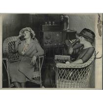 1922 Press Photo Miss Harriet Bergwoll And Miss Mildred Anderson Enjoying Drink
