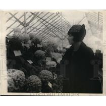 1924 Press Photo Grace Coolidge chrysanthemum at Argriculture show in DC