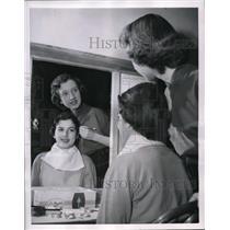 1954 Press Photo Mary Heanne Kreek Practices Doing Makeup on Nina Deutch