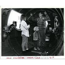 1993 Press Photo Dale Hemmingmoore points B-17 interior to Heather & Dana
