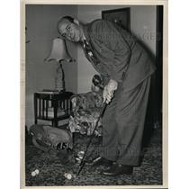 1949 Press Photo Paul E. Brown, Coach of Browns Practices Putting for Golf Tour