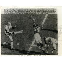 1977 Press Photo Viking Fred McNeill vs Raiders Ray Guy, Mark Van Eeghen
