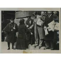 1934 Press Photo Young Catholics sell newspapers at ABC Building during strike