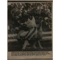 1975 Press Photo Bengal Charlie Joiner vs Raiders Alonzo Thomas - nes45223