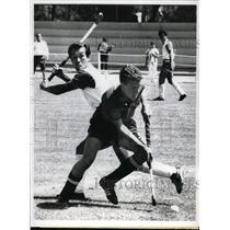 1968 Press Photo Jorge Fabregas at Olympic field hockey vs Tsuneya Yazuki