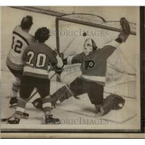 1974 Press Photo Flyers goalie Bernie Parent vs Bruins Wayne Cashman - nes45715
