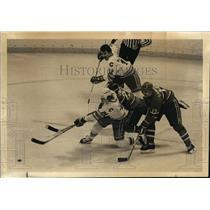 1982 Press Photo Colorado's Aaron Broten, Bob MacMillan vs Montreal Canadiens