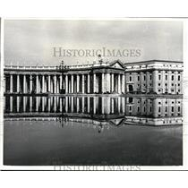 1967 Press Photo Colonade of St Peters Square Mirrored in Water of Fountain