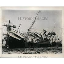 1938 Press Photo Hapag Elektro Ship Patria Rescued by Pumping Boat in Hamburg