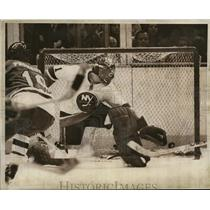 Press Photo Islanders goalie Glen Resch makes a save in game