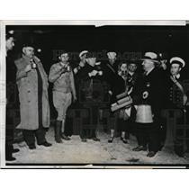 1933 Press Photo Quake refugees & rescue workers in Long Beach CA - nem31301