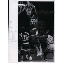 1977 Press Photo Bob McAdoo of the NY Knicks slam dunks shot at All Stars game