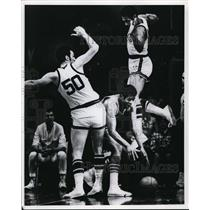1969 Press Photo Milwaukee Bucks shackled Bulls high scorer in victory