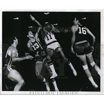 1968 Press Photo John Egan-The smallest of the Milwaukee Bucks-leaping drive
