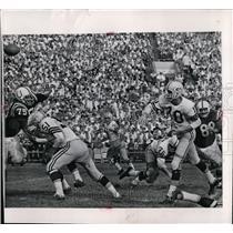 1963 Press Photo Quarterback John Roach fires 11 yard touchdown pass to rookie.