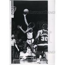 1969 Press Photo Flynn Robinson broke for the basket winning over Seattle