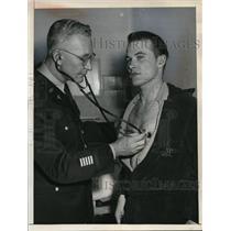1956 Press Photo Army pvt Sydney Ray Sparks & Dr Col Vernon J Erkenbeck