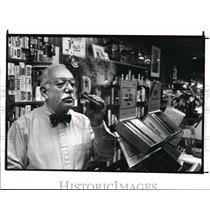 1988 Press Photo Marvin Goldstein owner of Tobacco Pouch store in Chagrin Falls.