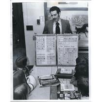 1974 Press Photo Lakewood Det. Michael J. Flynn w/ 5th graders Hayes School