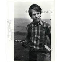1988 Press Photo Craig Kleinhenz w/ the EPA shows syringes he found on the beach